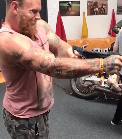 Photo d'un homme essayant de déchirer un jean Bolid'ster