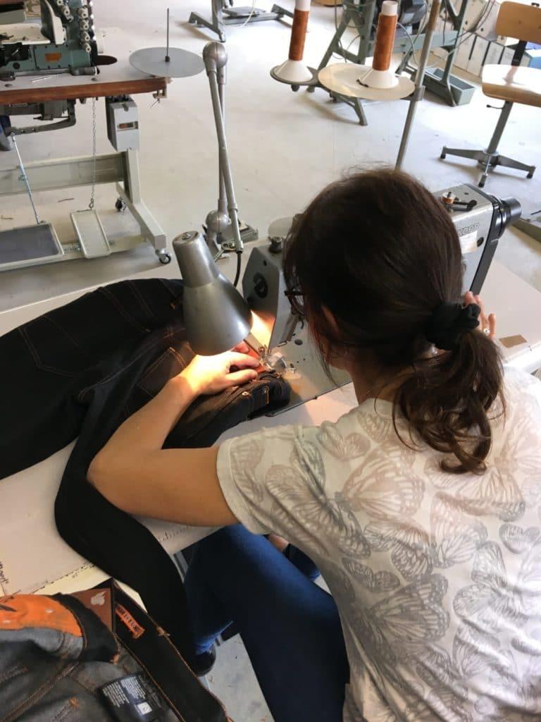 Couturière confectionne jeans BOLID'STER à Capbreton