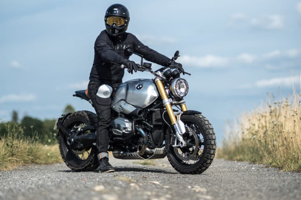 Chazster sur sa moto portant le HIP'STER LIGHT