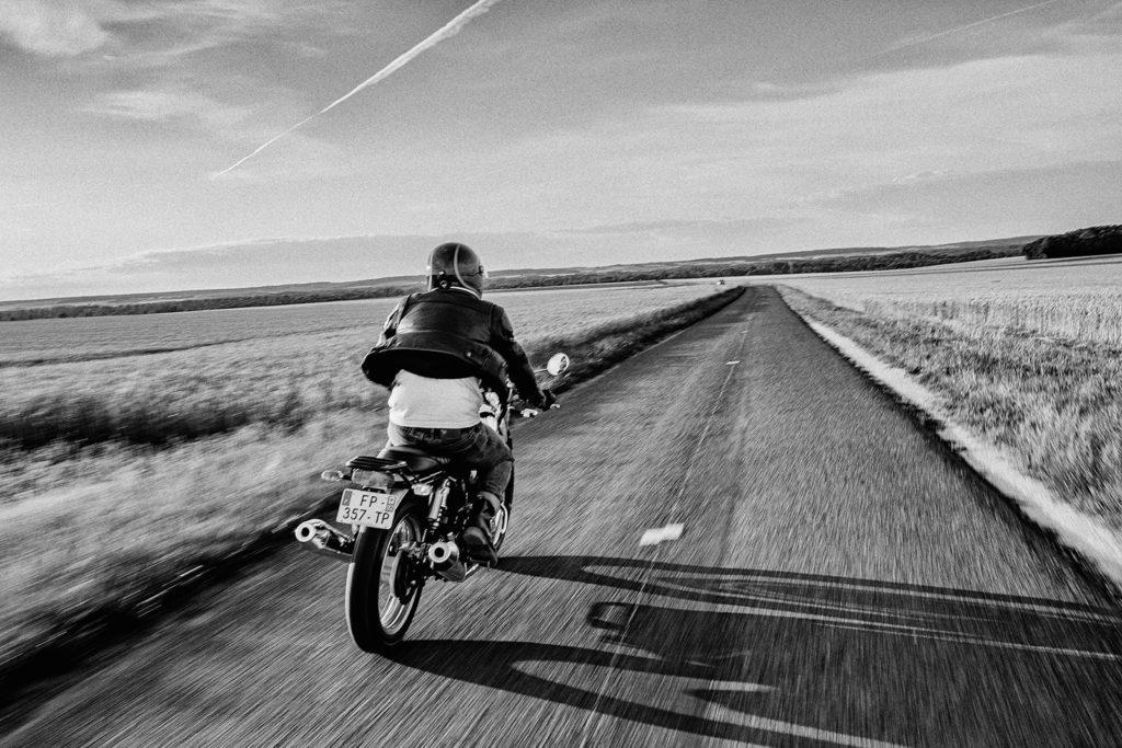 Motard qui roule sur une route déserte
