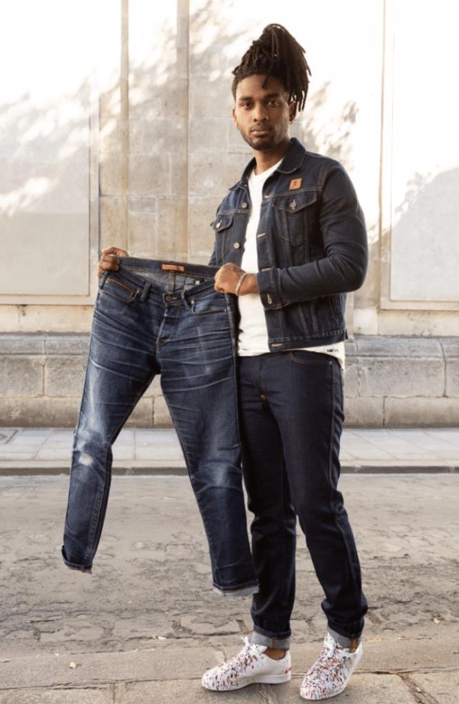 Homme qui porte un jean BOLID'STER et tient un jean bolidster usé