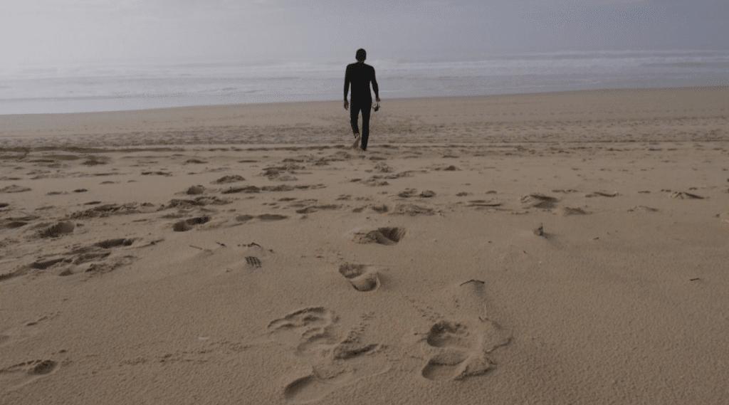 Homme qui marche sur la plage