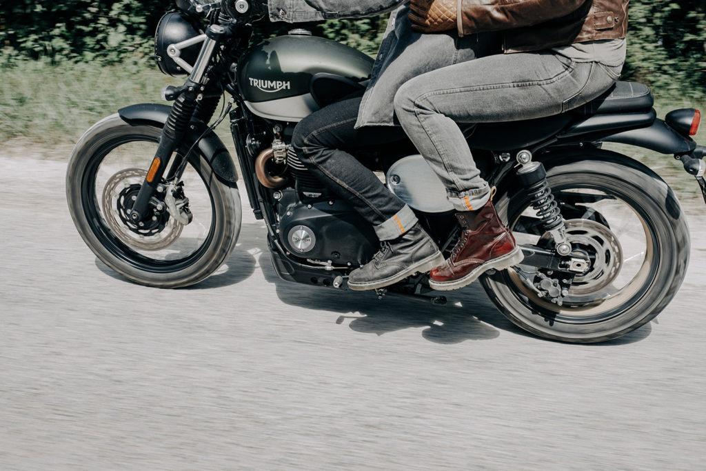 Motards portant des pantalons moto jeans en Armalith